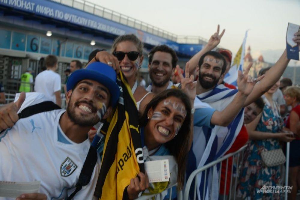 Фанаты футбола с удовольствием позируют перед камерами.