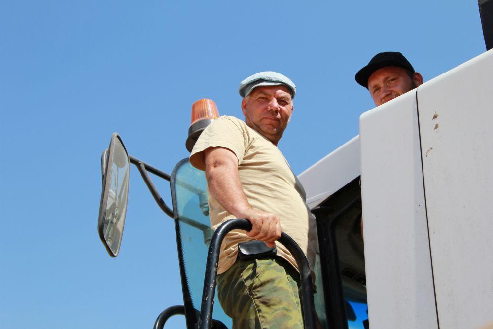 Механизаторы спешат убрать выращенный урожай.