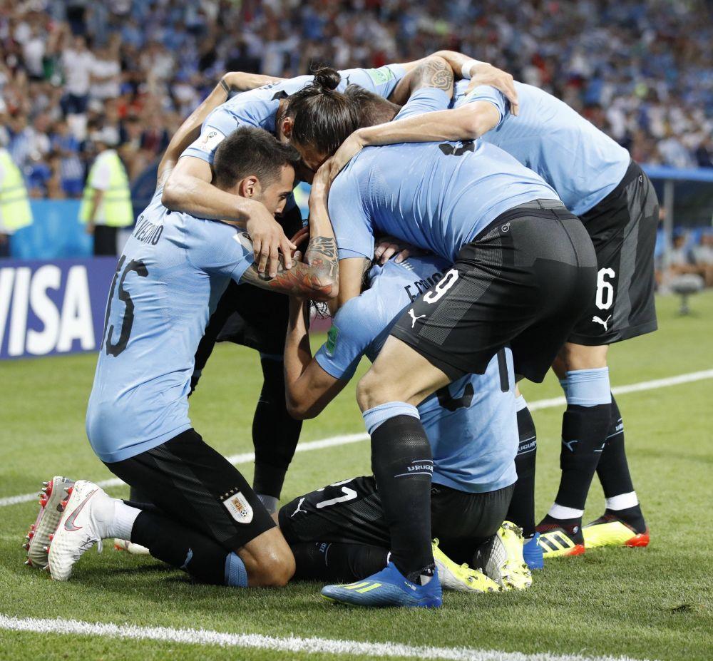 Уругвайцы празднуют свой первый гол португальцам.