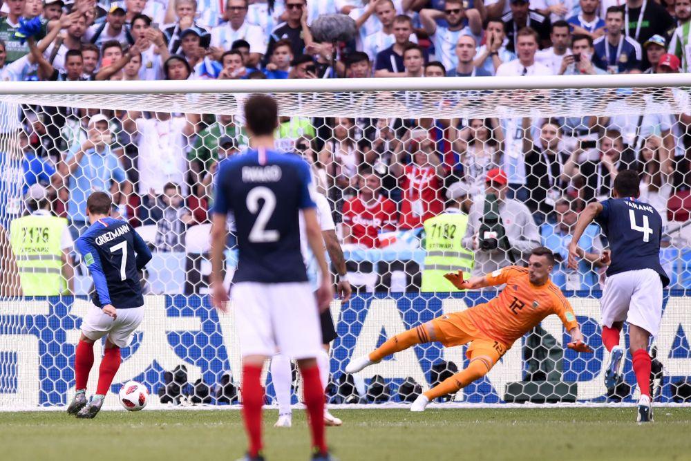 Уже на 13-й минуте счёт открывает Франция: Гризманн забивает с пенальти.