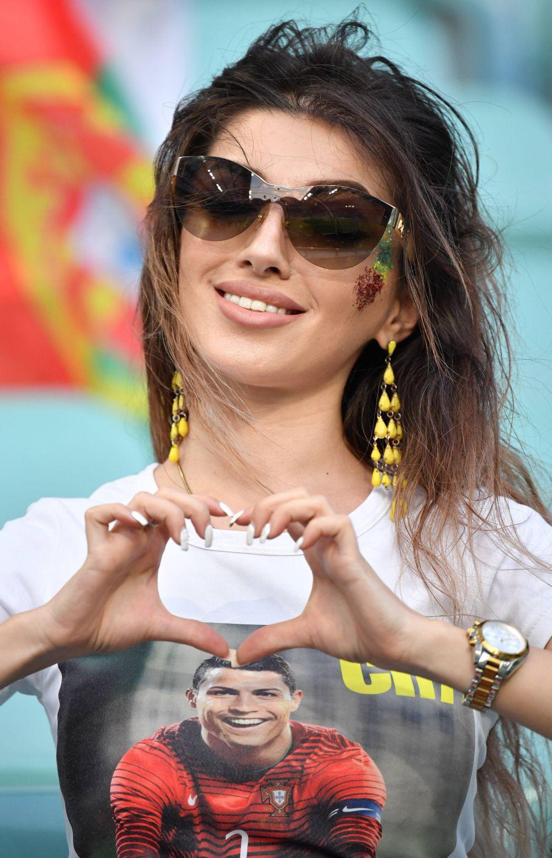 Болельщица сборной Португалии показывает, как любит свою команду.