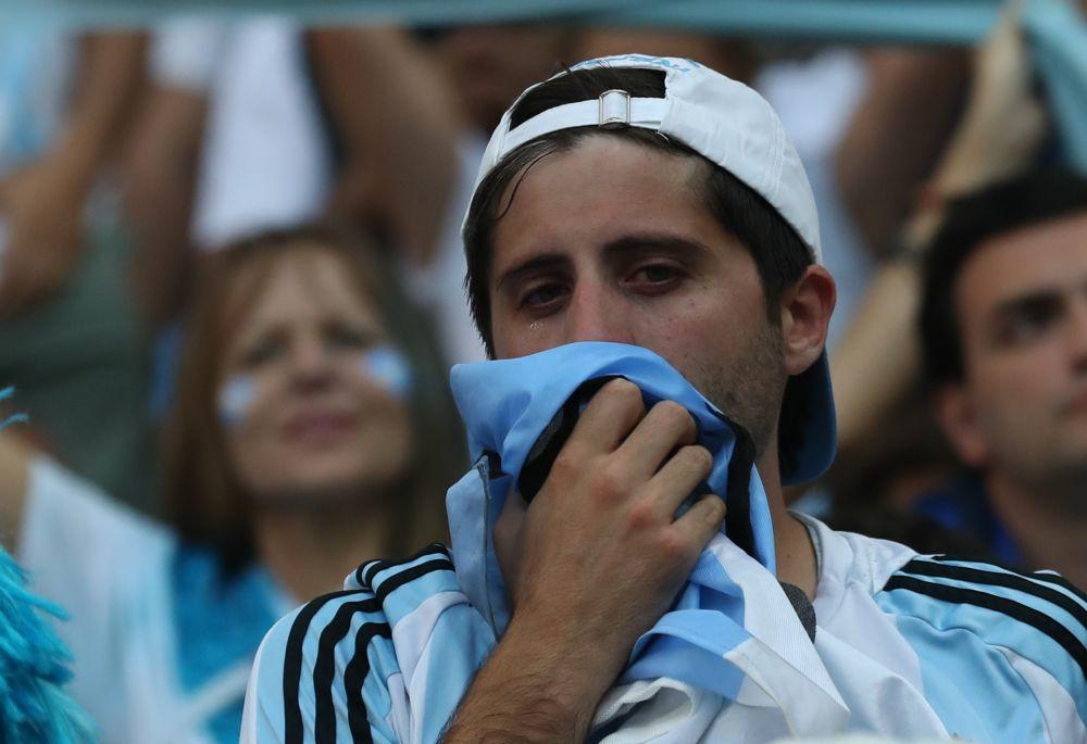 Некоторые прячут лица за флагами.