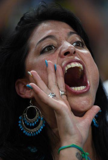 Фанатка команды Уругвая поддерживает своих соотечественников.