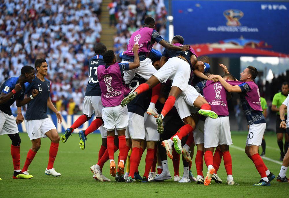 Французы празднуют: они вышли в четвертьфинал.