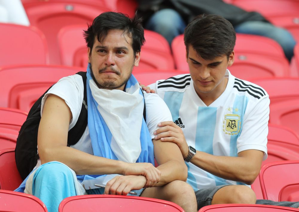 Плачущие аргентинцы на стадионе после матча.