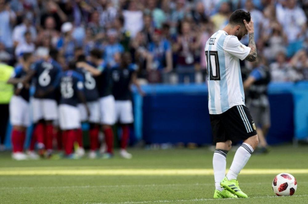 Месси на фоне обнимающихся игроков сборной Франции. Суперзвезда футбола вновь не оправдал надежды нации.
