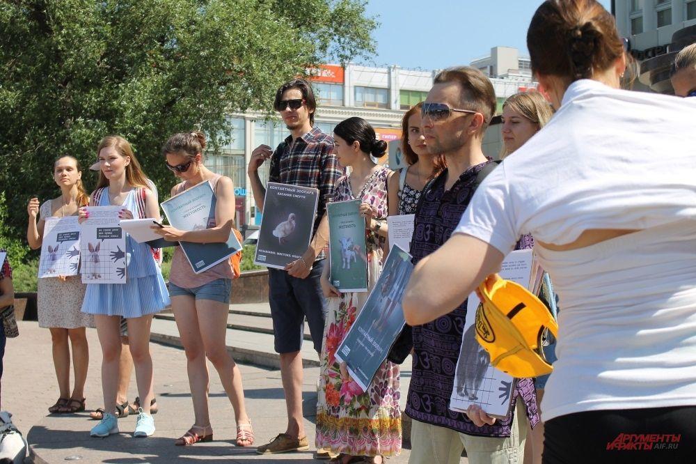 Акция проходила около памятника Александру Попову