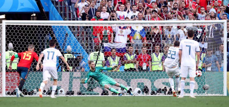 Артем Дзюба забивает гол.