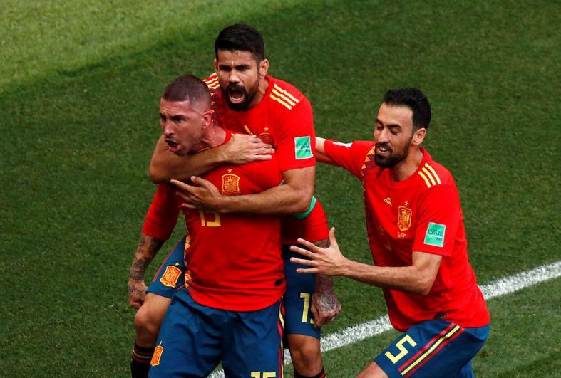 Серджио Рамос празднует свой первый гол.