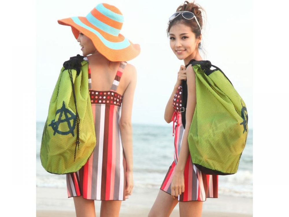 Еще один интересный, и главное, - вместительный тренд - это сумка-мешок, в которую много чего влазит. Такая сумка идеально подойдет для семейного отдыха.