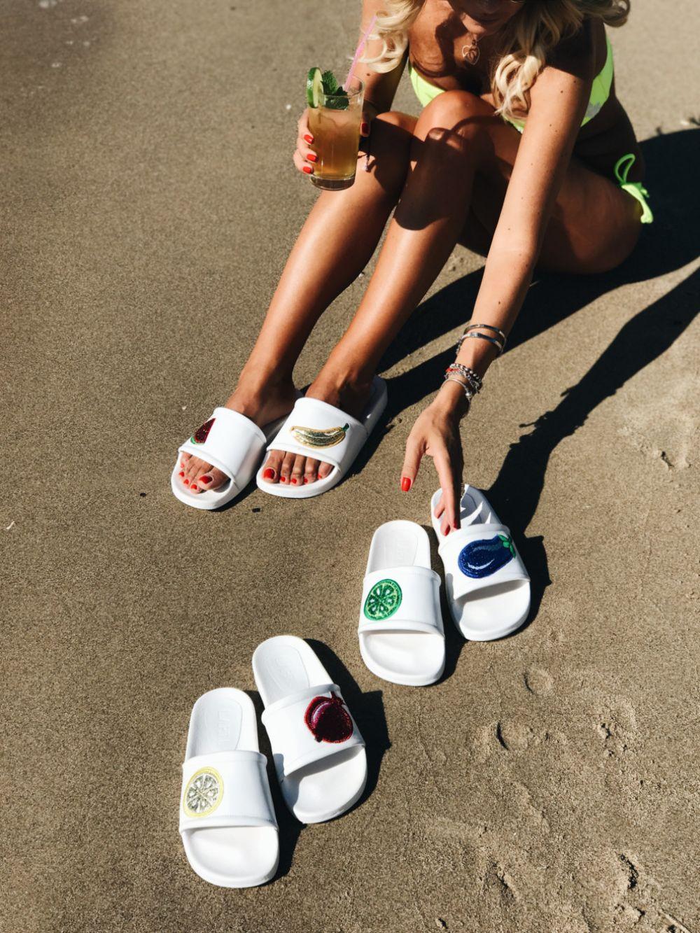 Босоножки, сандалии, балетки - вся эта летняя обувь хороша, но для пляжа, будем откровенны, лучше всего подойдут шлепки. Не обязательно выбирать белые, можно и разноцветные, но главное - с крупным принтом в виде цветка или фрукта. Такие шлепки идеально подойдут к сарафану.
