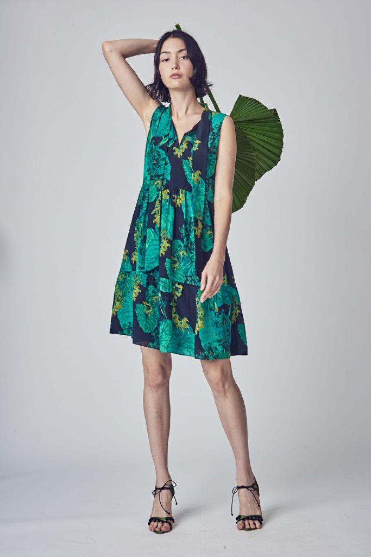 В моде - жаркие тропики, поэтому к фруктам, цветам и нежным пастельным тонам можно добавить сочные зеленые сарафаны с листьями и даже леопардами.