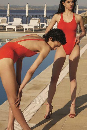 Красный купальник - это must have всех пляжей в 2018 году. К слову, красный сплошной купальник был на пике популярности в начале 1990-х, во время трансляции сериала