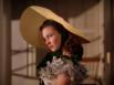 Из головных уборов наиболее популярны шляпы, ведь они делают ваш образ таким романтичным! Да, именно такая шляпа как у Скарлетт О'Хара подойдет - чем бесформеннее и шире, тем лучше!