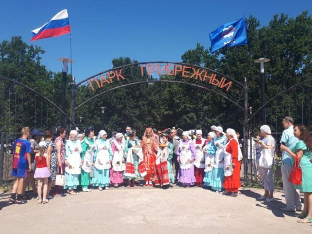 Представители татарской автономии встречают гостей праздника.