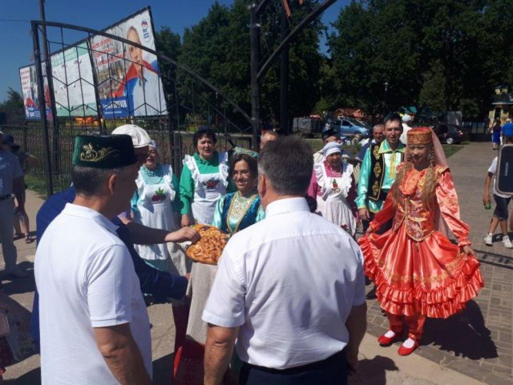 Встреча почетных гостей с национальным блюдом «чак-чак».