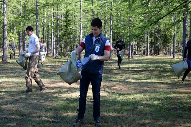Дмитрий Артюхов помог активистам убирать мусор на острове Заячий