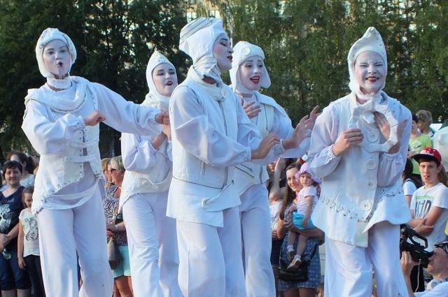 На бульваре Строителей даже через несколько дней после фестиваля люди спрашивали, вернутся ли в город те забавные ходулисты?