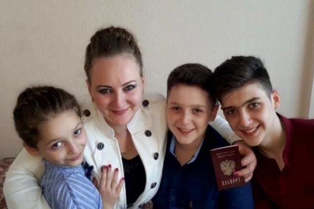 Ирина обняла своих детей после двухлетней разлуки.