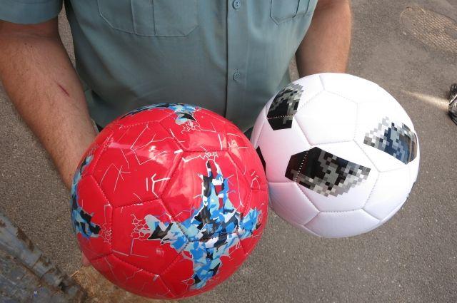 На таможне в Калининграде задержали 160 китайских мячей с символикой ЧМ.