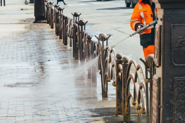 В Тюмени поливают раскаленные улицы