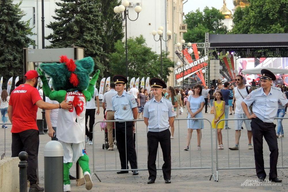 Перед входом на Пушкинскую площадь были установлены металлодетекторы.