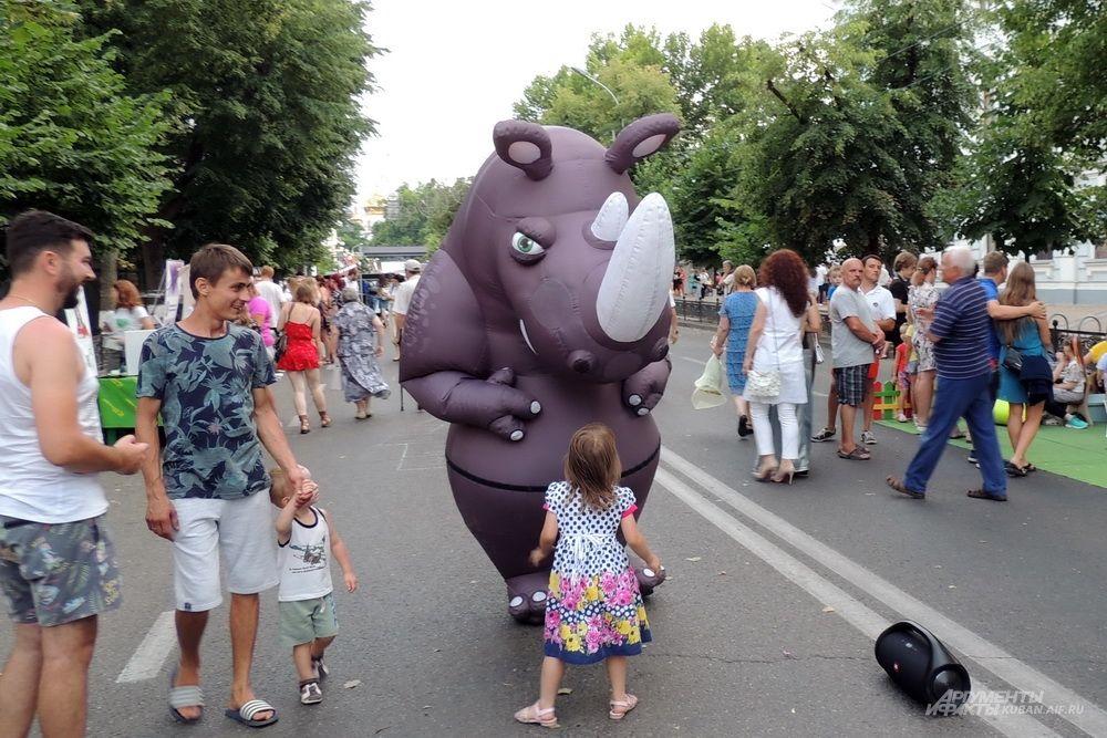 Бегемот на улице Красной привлекал внимание взрослых и детей.