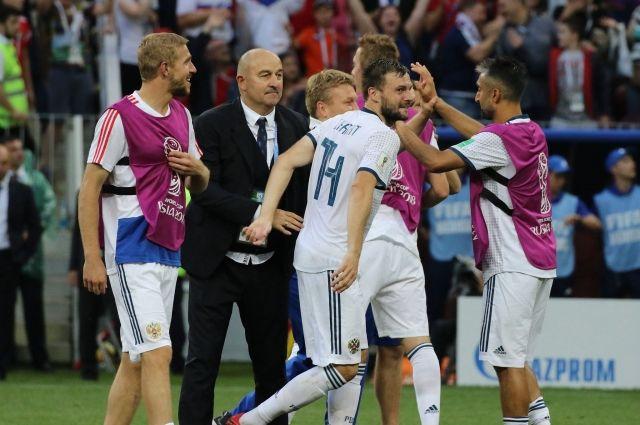 Игроки сборной России по футболу вместе с тренером Станиславом Черчесовым празднуют победу в матче с Испанией.