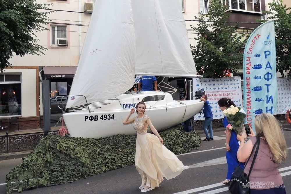 Организаторы праздника привезли даже небольшую яхту.