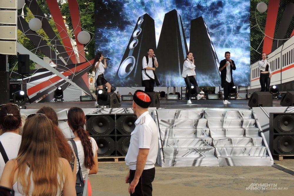 Выступление одного из творческих коллективов на Пушкинской площади.