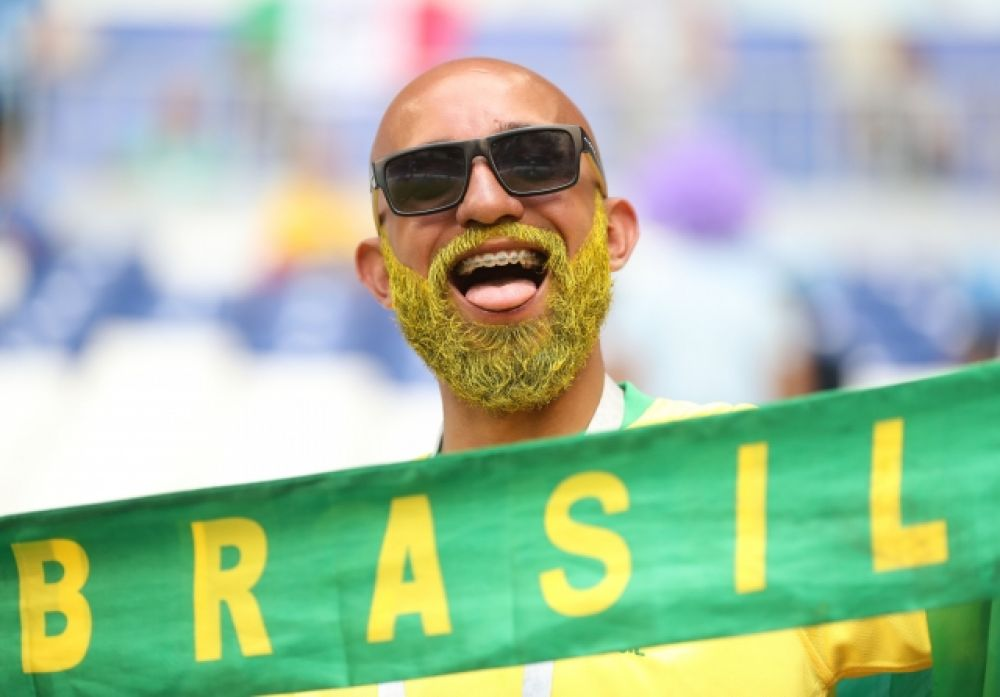 Болельщик сборной Бразилии с бородой, выкрашенной в один из цветов флага страны.