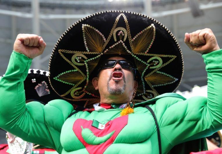 Мексиканские болельщики поражают своими яркими нарядами.