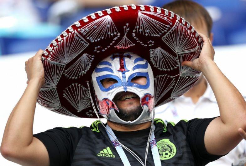 Фанат сборной Мексики в сомбреро и маске рестлера.