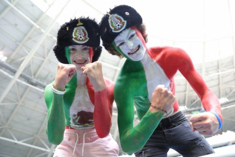 Мексиканские болельщики в шапках-ушанках.