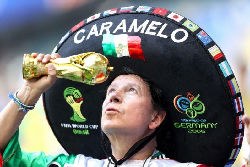 Вновь - сомбреро, а в качестве аксессуара - копия Кубка мира.