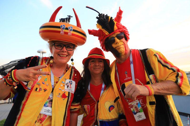 Бельгийские болельщики в ярких костюмах.