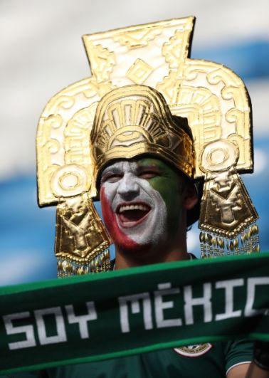 Мексиканский болельщик в образе ацтека.