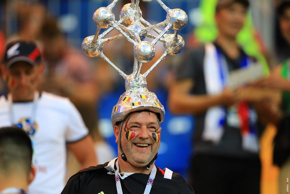 Замысловатая конструкция из нескольких подобий футбольных мячей на голове у бельгийца.