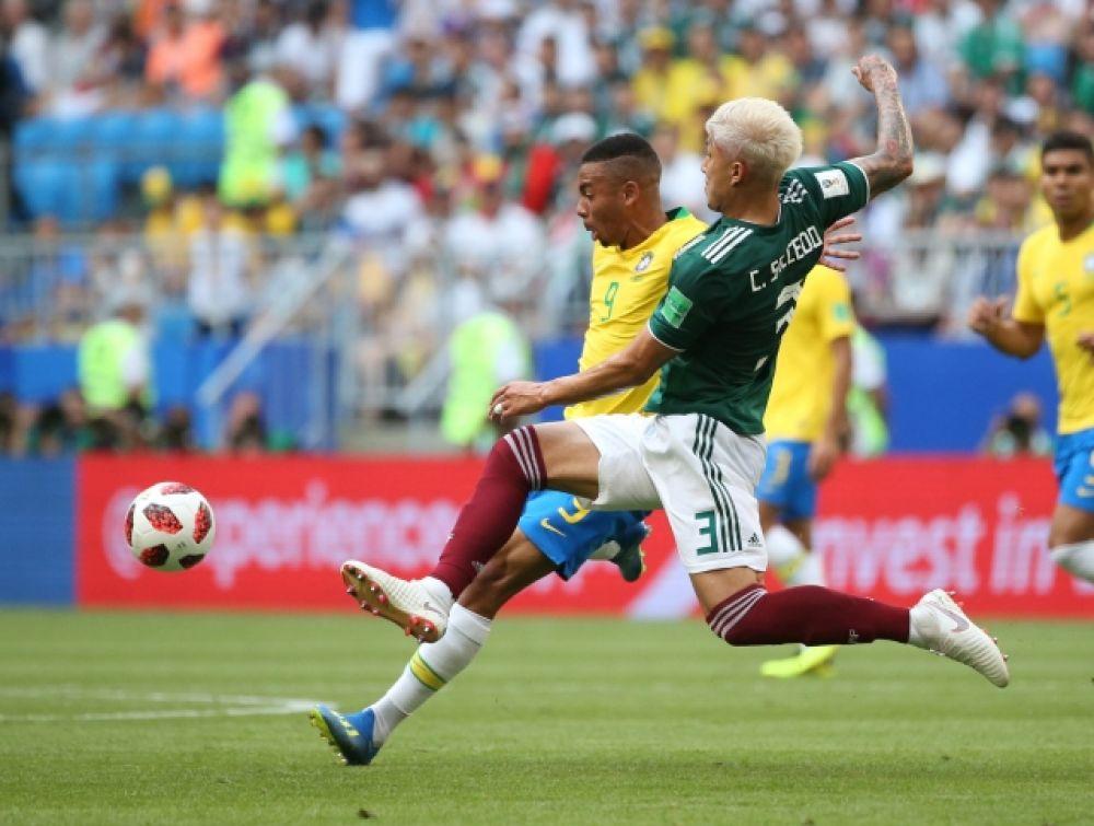 Сальседо борется за мяч.