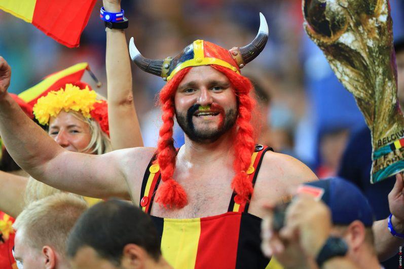 Добродушный галл с кубком - символом чемпионата мира.