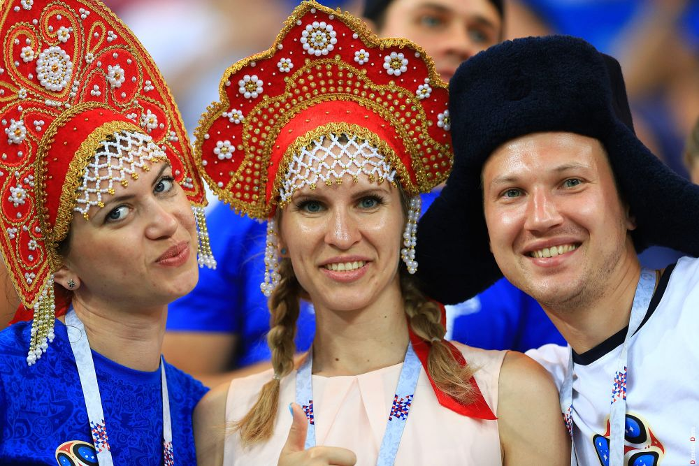 Российские болельщики в национальных костюмах.