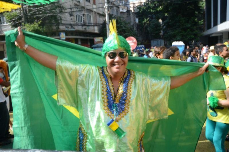 Болельщица сборной Бразилии в похожем на национальный наряде.