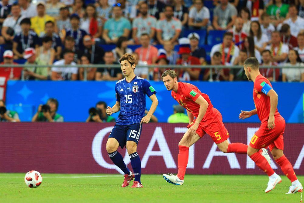 Форвард Юя Осако с мячом.