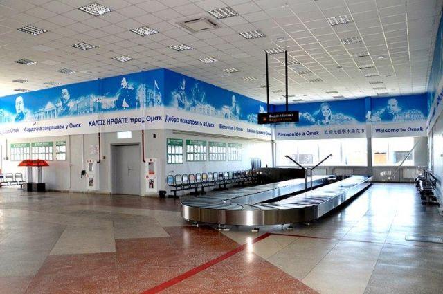 Терминал приема багажа в омском аэропорту.