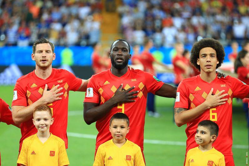 Игроки сборной Бельгии поют гимн перед матчем.
