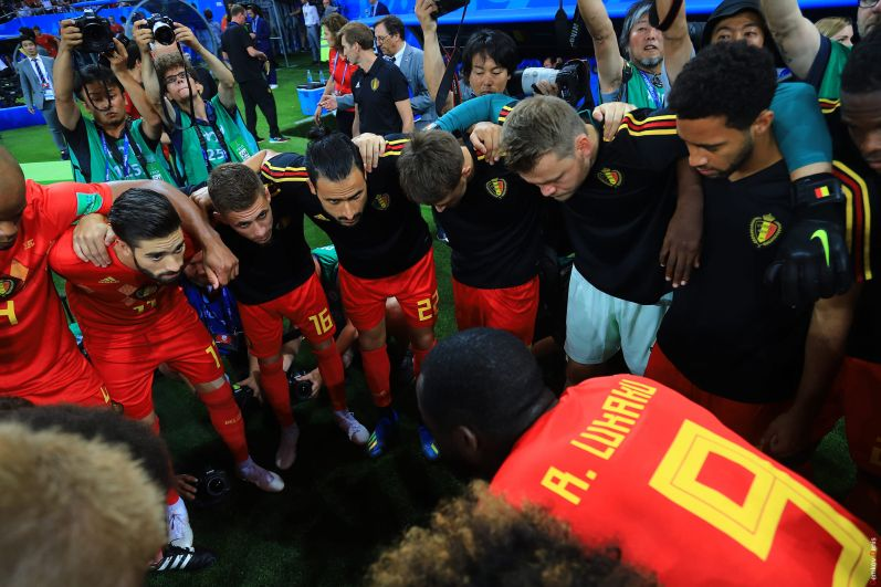 Игроки сборной Бельгии совещаются.
