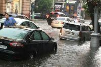 Из-за ливня затопило одну из центральных улиц Иркутска - Карла Маркса.