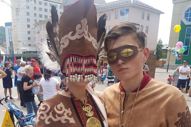 Национальные костюмы вдохновляют дизайнеров на поиск нового в старом