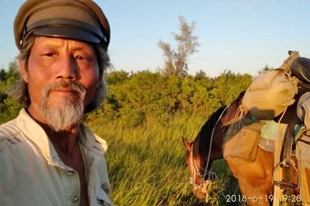 Китаец путешествует по России на коне.