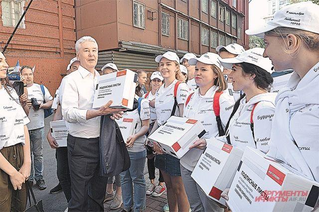 В выборном штабе мэра работают тысячи добровольцев.